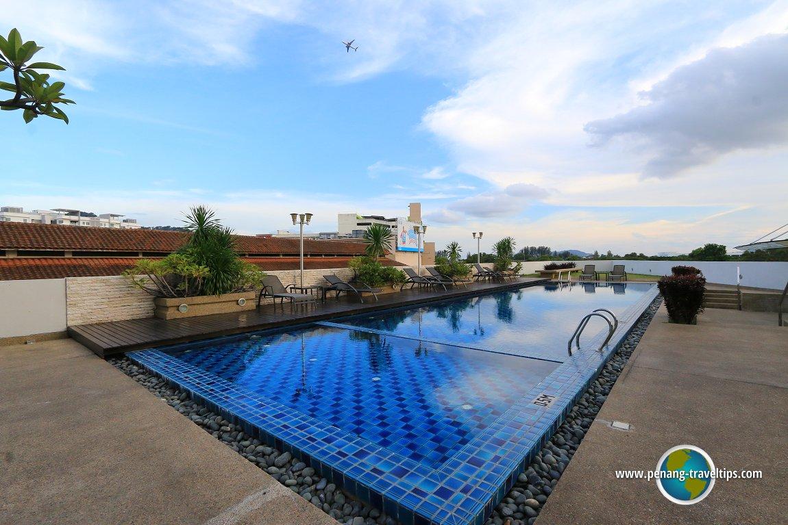 Eastin Hotel swimming pool