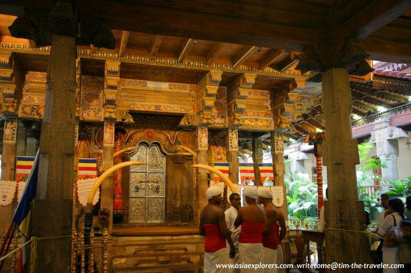 Temple dancers, Sri Dalada Maligawa