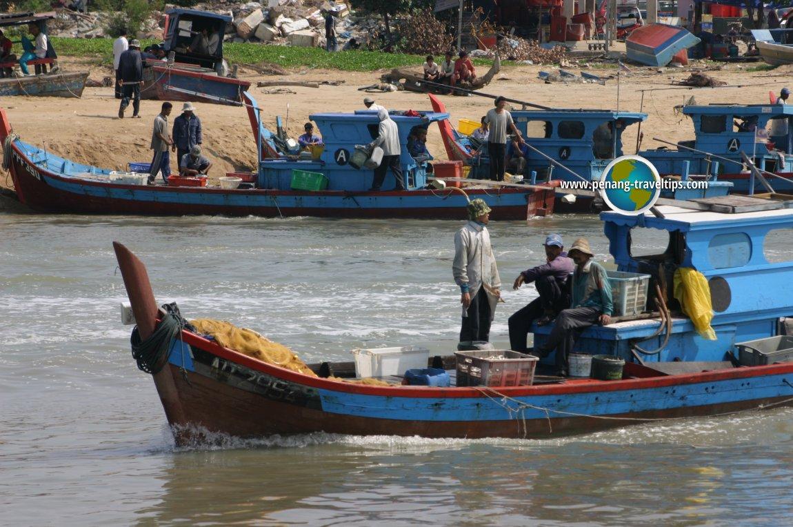 Kampung Tepi Sungai bustles with fishing boats
