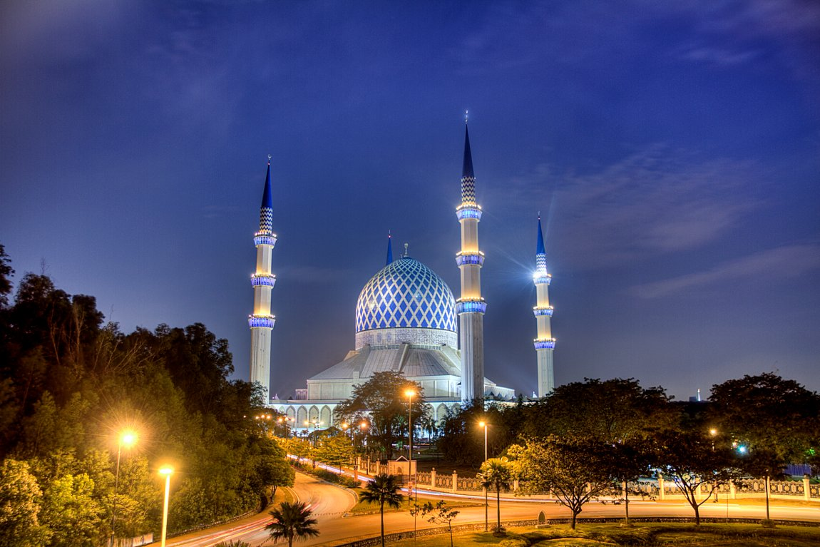 Night view of Sultan Salahuddin Abdul Aziz Shah Mosque in Shah Alam