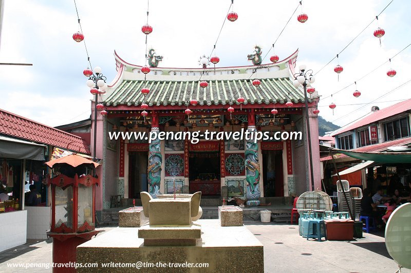 Compound of the Bukit Mertajam Tua Pek Kong Temple with hawker stalls