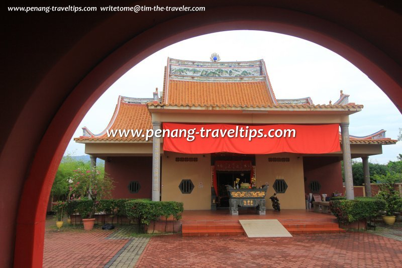 Hean Chooi Temple, as seen from its arched gate