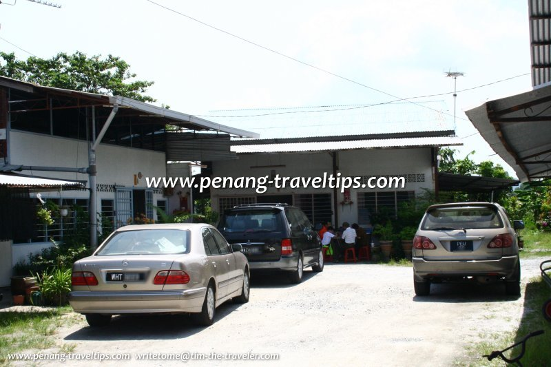 Cars from all over bringing customers to the Kuala Jalan Bahru Hokkien Mee shop