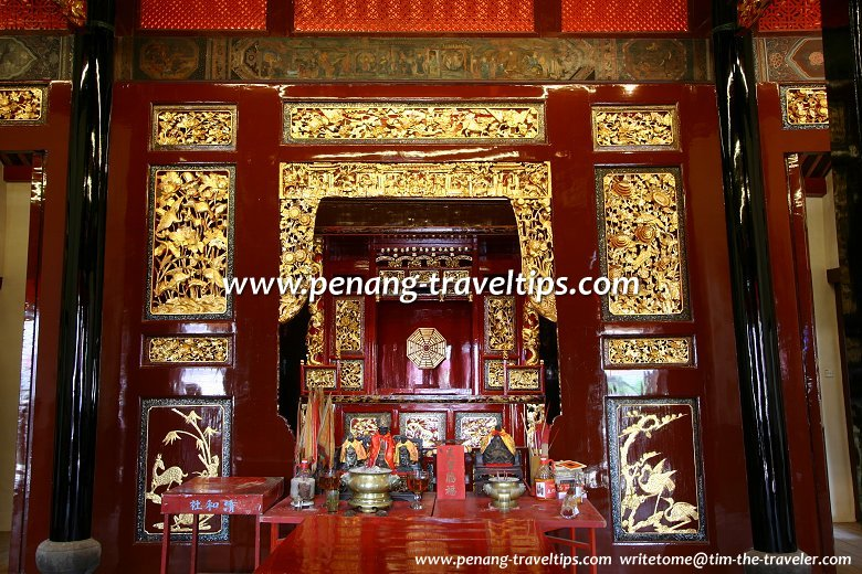 Altar to Sin Long Siang Tay, patron deity of the Tong Kheng Seah, in the central hall of the upper floor